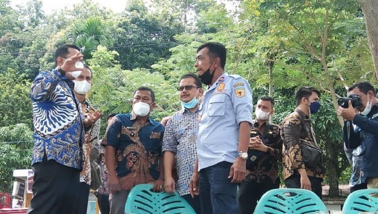 Bupati Tanahdatar, Eka Putra saat meninjau keberadaan Kapal BA Ombilin di Danau Singkarak, Kamis (27/5). (Dok : Istimewa)