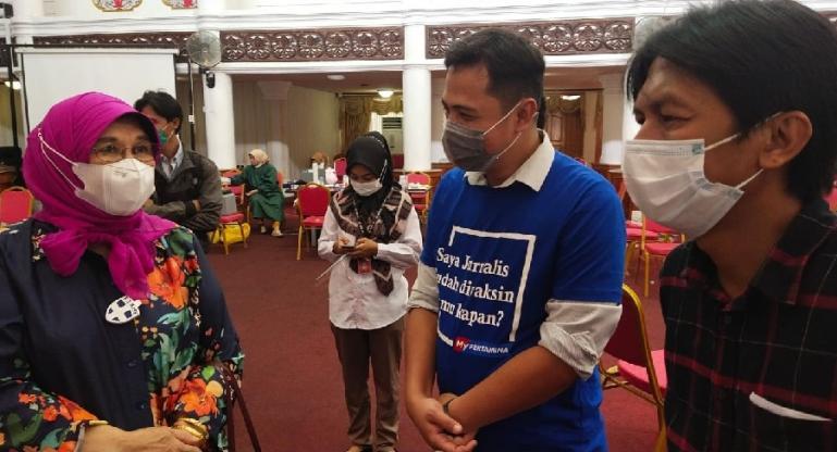Anggota DPD RI Emma Yohanna bersama Ketua KI Sumbar Nofal Wiska dan Ketua IJTI Sumbar John Kambang saat pelaksanaan vaksinasi bagi para wartawan di Padang, Rabu (10/3). (Dok : Istimewa)