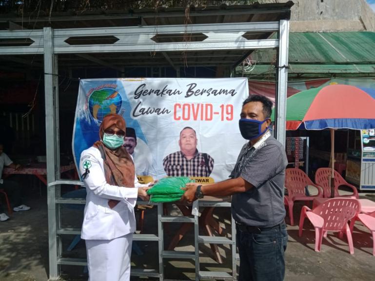 Kordinator bidang Sosial IWO Sumbar Novrianto saat serahkan APD pada salah satu Pukesmas di Kota Padang, Selasa (14/4). (Foto : Amz)