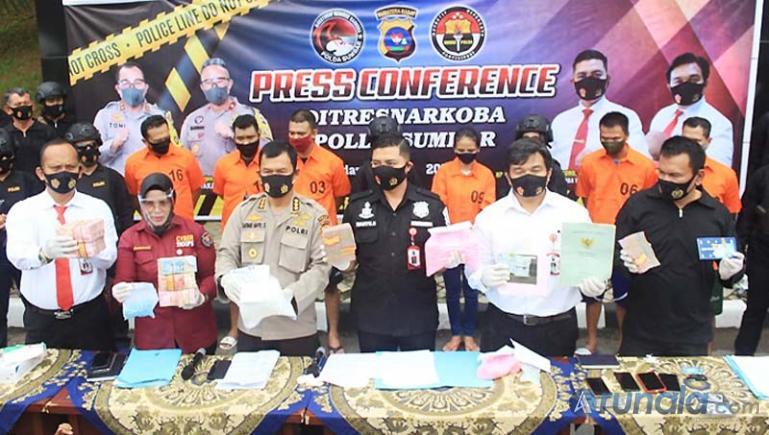 Dirnarkoba Polda Sumbar Kombes Pol Wahyu Sri Bintoro saat konferensi pers tentang penangkapan tersangkan Narkoba jaringan Internasional, di Mapolda Sumbar, Senin (21/9). (Foto : Dyz)