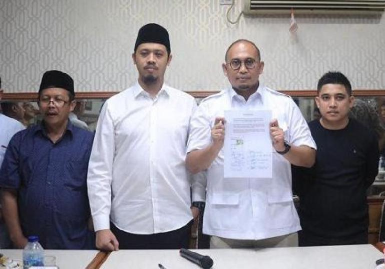 Andre Rosiade bersama Wako Bukittinggi, Erman Safar pasca pencabutan Perwako No 40 dan 41 Tahun 2018 di Kota Bukittinggi, Minggu (8/8). (Dok : Istimewa)