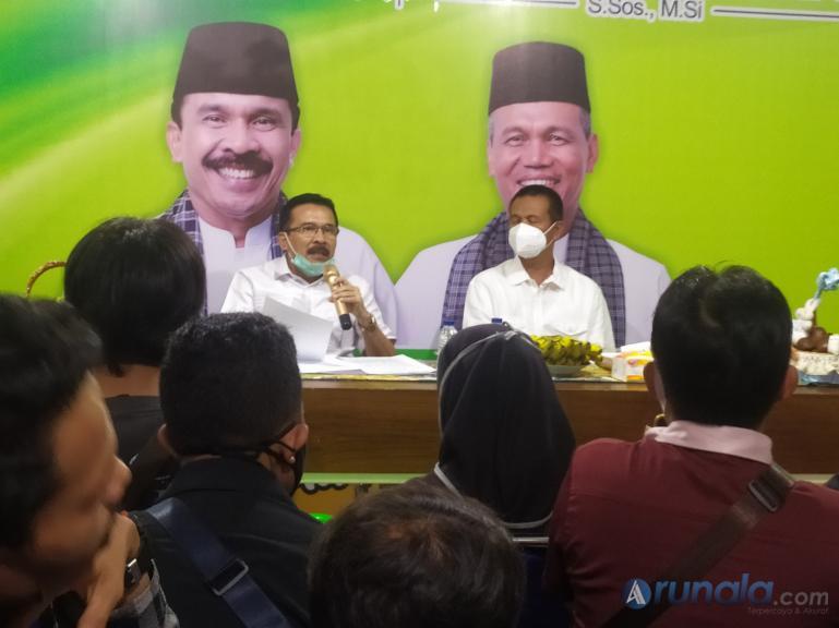 Bapaslon perseorangan Fakhrizal-Genius Umar saat jumpa pers di posko pemenangannya. Bapaslon ini bakal mengugat KPU Sumbar, Senin (26/7). (Foto : Amz)
