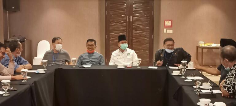 Suasana rapat bersama empat partai di Sumbar dalam menghadapi Pilgub Sumbar 2020, di Hotel Mercure Padang, Sabtu malam (1/8). (Dok : Istimewa)