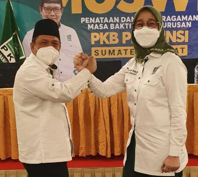 Febby Dt Bangso Nan Putiah serahkan tampuk pimpinan DPW PKB Sumbar kepada Anggi Ermarini, dalam pelaksanaan muswil PKB Sumbar di Hotel Grand Zuri Padang, Sabtu (16/1). (Dok : Istimewa)
