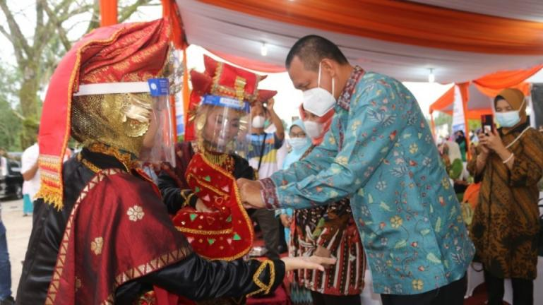 Wali Kota Pariaman, Genius Umar saat membuka pelaksanaan festival bunga di kota itu, Jumat (9/4). (Dok : Istimewa)
