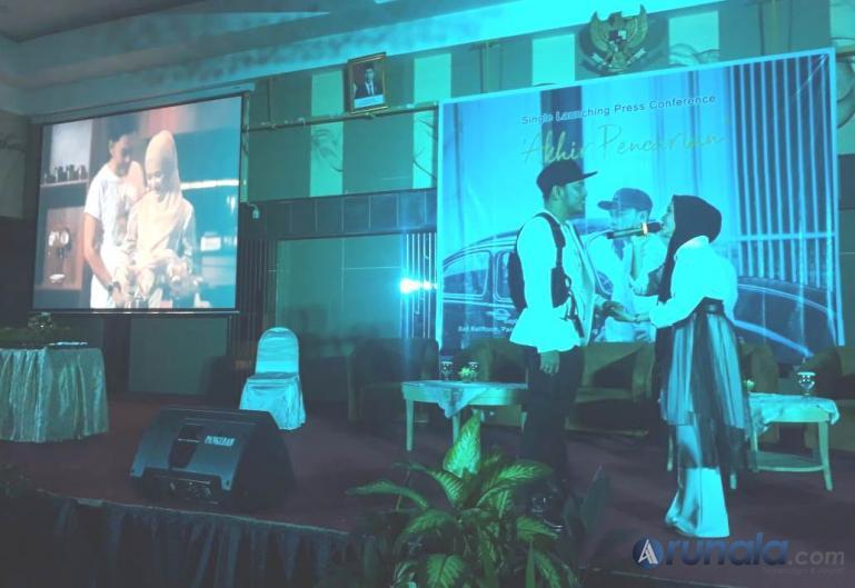 Fikoh bersama suami Fomalhaut Zamel saat Peluncuran Single Terbaru 'Akhir Pencarian' di Hotel Pangeran Beach, Minggu (19/9). (Foto : Fajril)