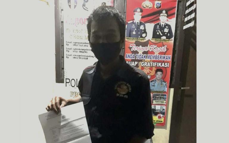 Firma Ragnius melihatkan laporan Polisi yang dibuatnya di Polresta Padang, Senin (8/6) kemarin. (Dok : Istimewa)