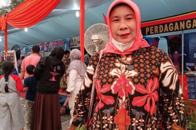 Ketua DPRD Kota Pariaman, Fitri Nora mengapresiasi festival bunga yang diadakan Pemko Pariaman, Jumat (9/4). (Dok : Istimewa)