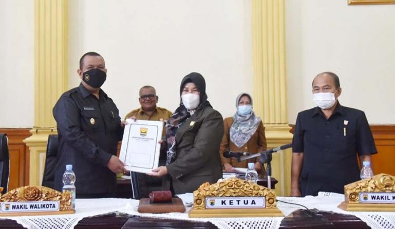 Wawako Mardison Mahyuddin saat menerima dokumen pandangan umum fraksi terhadap tiga ranperda kota ini dari Ketua DPRD Pariaman Fitri Norase usai rapat paripurna, Selasa (9/3).  (Dok : Istimewa)