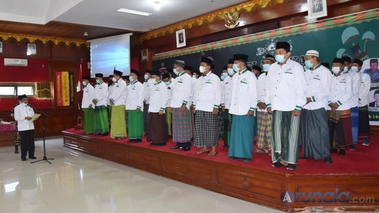 Ketua Tanfidziyah PW NU Sumbar, Ganefri melantik PCNU Pariaman periode 2020-2025 di aula Balaikota Pariaman, Kamis (4/3). (Foto : Arzil)