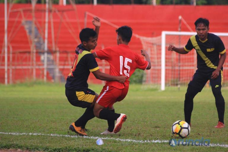 Pemain Gaung Putra saat dihadang pemain Janse dalam partai final Liga Askot PSSI Kota Padang di Stadion Agus Salim, Selasa sore (15/12).