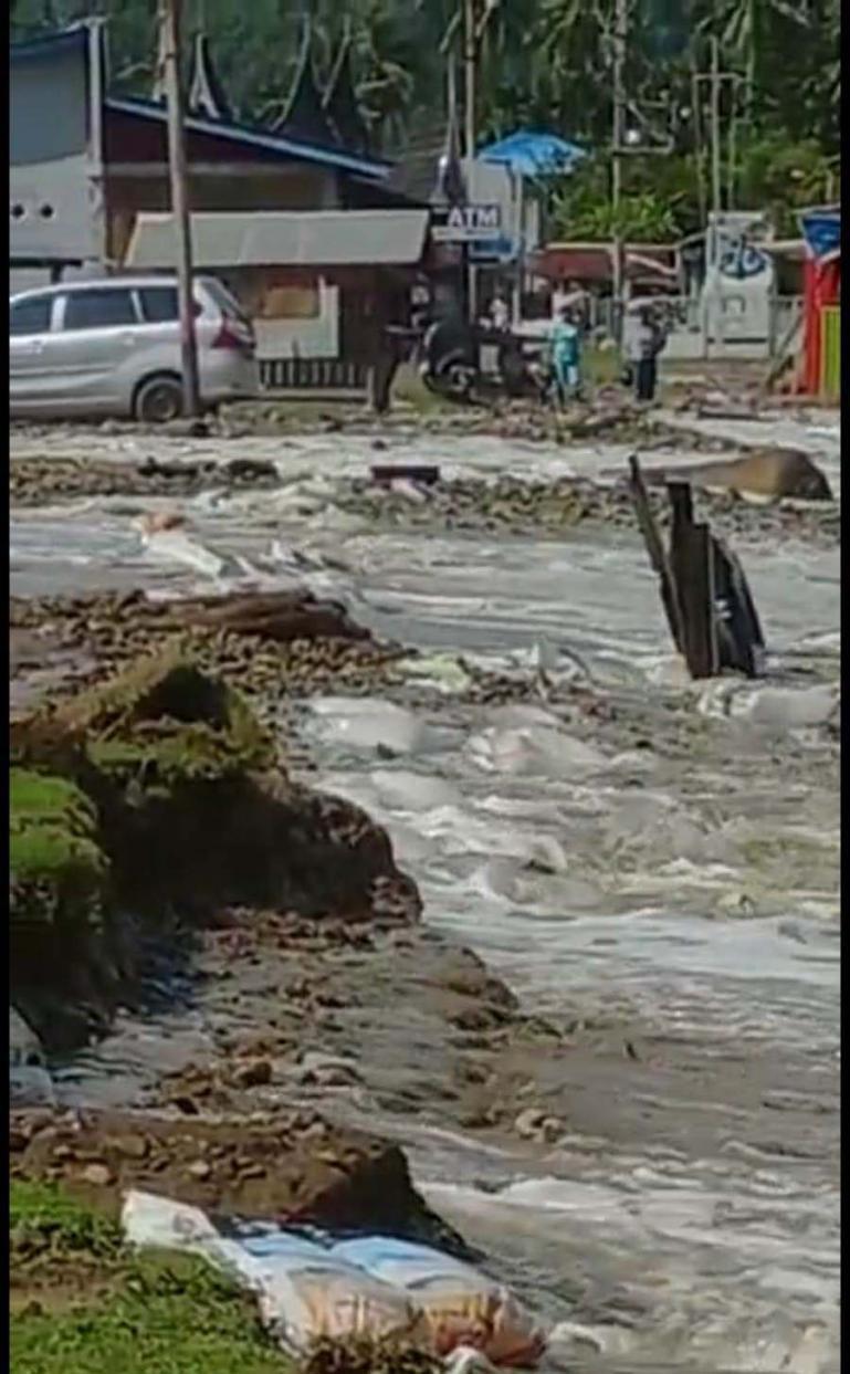 Badan jalan yang ada dipinggir pantai Sungai Pisang digerus gelombang pasang air laut pada Senin dini hari (12/7). (Dok : Istimewa)
