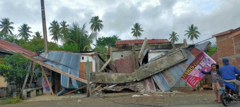 Salah satu rumah warga Mamuju yang rusak akibat gempabumi yang terjadi Kamis siang (14/1). (Dok : Istimewa)