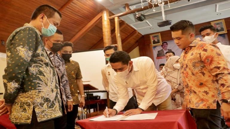 Wali Kota Genius Umar menyaksikan pelantikan Hipmi Pariaman, Jumat (22/1).