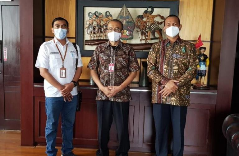 Wali Kota Genius Umar bersama Sesmenpora, Gatot  S Dewa Broto seusia konsultasi di kantor Kemenpora, Jakarta, Jumat sore, (19/2). (Dok : Istimewa)
