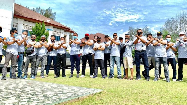 Genius Umar bersama Komunitas Otomotif Xaroman Nissan Xtrail di Balaikota Pariaman, Minggu (4/7). (Dok : Istimewa)
