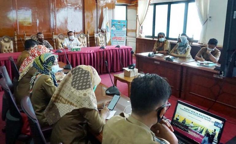 Wako Genius Umar bersama jajarannya mengikuti rakernas pembangunan pertanian 2021 secara virtual di Balaikota Pariaman, Senin (11/1). (Dok : Istimewa)