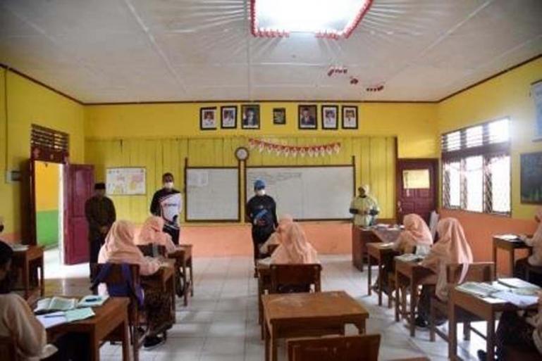 Genius Umar meninjau ruang kelas tempat dirinya pernah belajar dulu di SMP 4 Pariaman, Jumat (5/3). (Dok : Istimewa)
