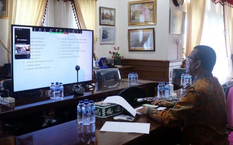 Melalui monitor dihadapannya, Wako Genius Umar berikan pemaparan pada peserta webinar yang diadakan Unisbar Pariaman, Kamis siang (9/9). (Dok : Istimewa)