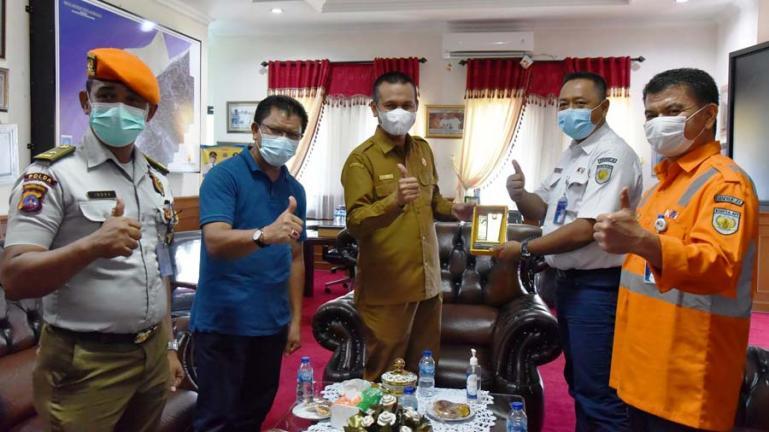 Wali Kota Pariaman, Genius Umar saat menerima kunjugan Kadivre II PT KAI Sumbar, Kuncoro di ruang kerjanya, Senin (31/5). (Dok : Istimewa)
