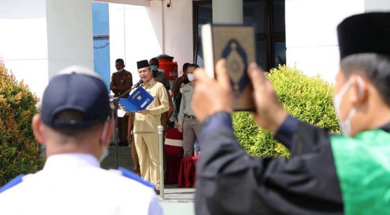 Wali Kota Pariaman, Genius Umar saat mengambil sumpah 15 pejabat eleson III dan VI di Setko Pariaman, Selasa (8/6). (Dok : Istimewa)