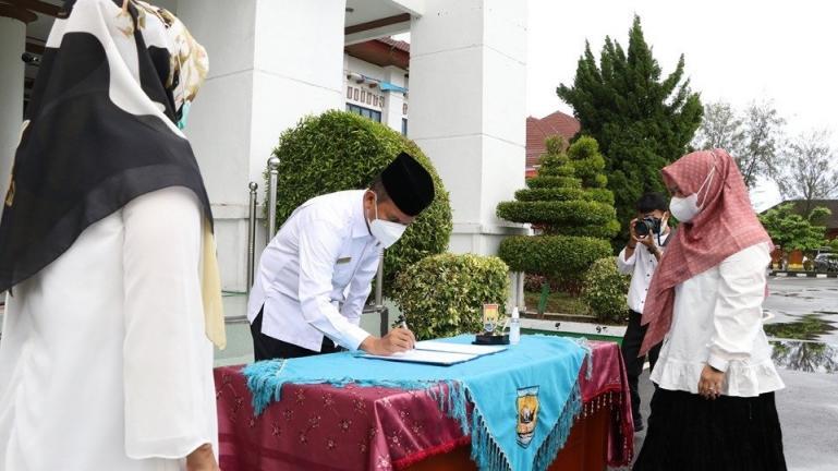 Wali Kota Genius Umar menandantangani berita acara pelantikan 13 pejabat eselon IV, Rabu (16/6). (Dok : Istimewa)