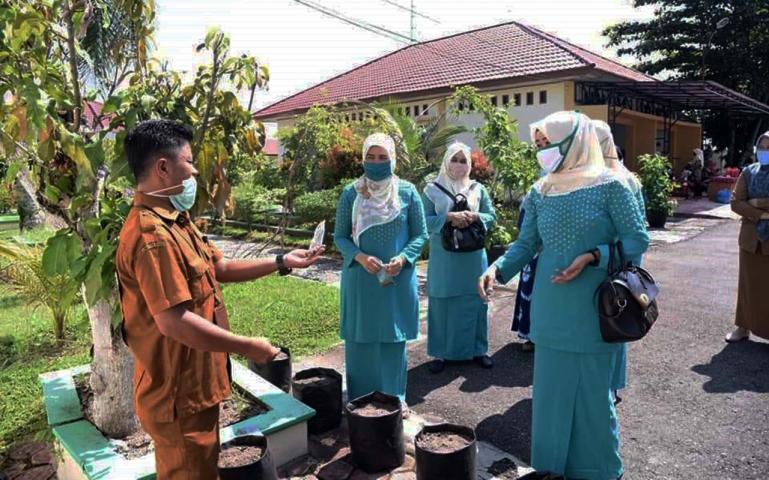 Istri Wako Pariaman Lucyanel Arlym motivasi masyarakat soal manfaat ketahanan pangan, Jumat (1/5). (Dok : Istimewa)