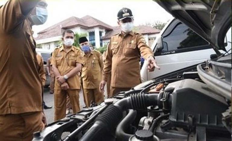 Wali Kota Genius Umar memeriksa fisik kendaraan dinas di lingkup Pemko Pariaman, Senin pagi (4/1). (Dok : Istimewa)
