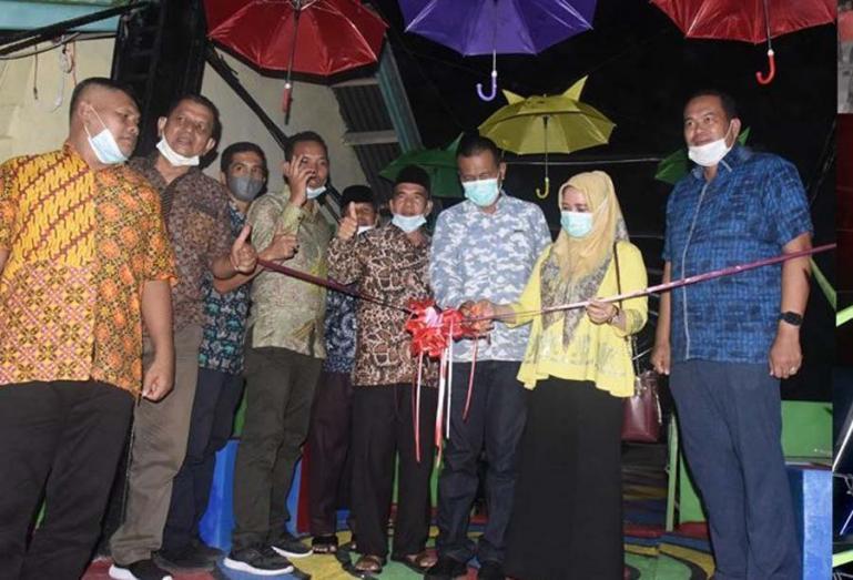 Wako Genius Umar bersama istri meresmikan Rajang (jembatan gantung) Dusun Kampuang Sato, Rabu malam (26/5). (Dok : Istimewa)