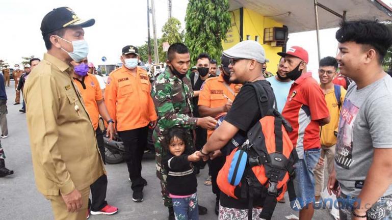 Wali Kota Pariaman, Genius Umar menyambut langsung kedatangan wisatawan yang sempat bermalam di Pulau Angso Duo akibat cuaca buruk, Senin pagi (18/1). (Dok : Istimewa)