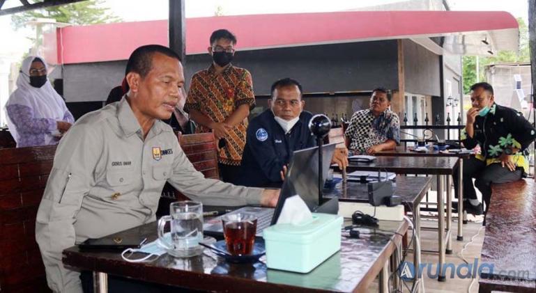 Wali Kota Pariaman, Genius Umar mengikuti zoom meeting yang digelar Radio Classy FM, Kamis (14/1). (Foto : Arzil)
