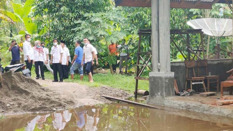 Genius Umar bersama Kepala Dinas Sosial, M Rum dan lainnya tinjau lokasi banjir di KJA, Rabu (8/9) sore. (Dok : Istimewa)