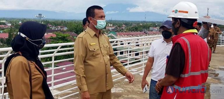 Pihak kontrakto bersama Wali Kota Pariaman, Genius Umar dalam peninjauan pembangunan Pasar Rakyat Pariaman, Selasa (26/1). (Foto : Arzil)