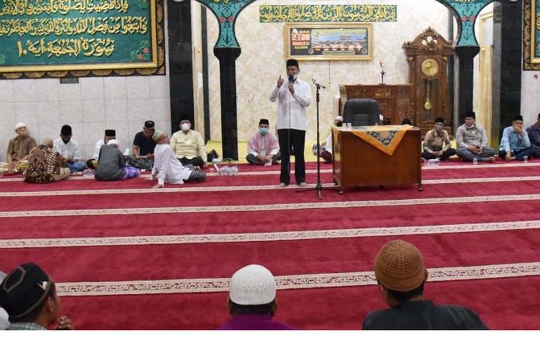Wali Kota Pariamanm Genius Umar saat berikan arahan saat membuka Tabligh Akbar peringatan Nuzul Al Quran di Masjid Raya Kampung Baru, Kecamatan Pariaman Tengah, Sabtu malam (1/5). (Dok : Isitmewa)