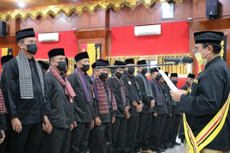 Ketua LKAAM Sumbar, M Sayuti Datuak Rajo Panghulu melantik Genius Umar Rangkayo Rajo Gandam, sebagai Ketua LKAAM Kota Pariaman periode 2021-2026, di Pariaman, Rabu (30/6). (Dok : Istimewa)