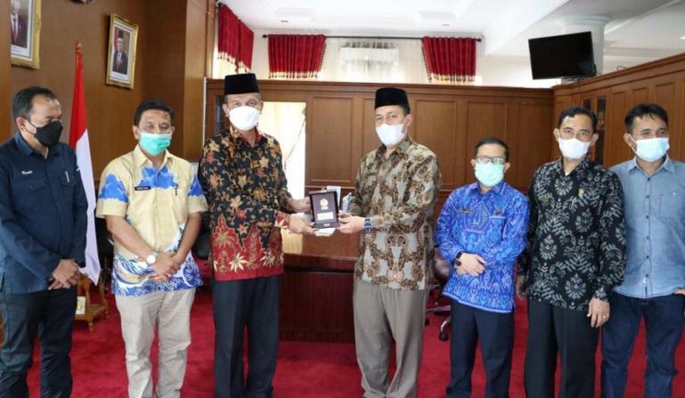Wali Kota Pariaman, Genius Umar saat menerima kunjungan Rektor IAIN Batusangkar, Marjoni Imamora, Kamis (27/5). (Dok : Istimewa)