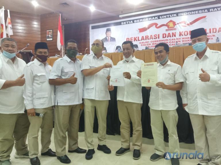Pasangan Rusma Yul Anwar dan Rudi Hariyansyah saat menerima rekomendasi DPP melalui DPW Gerindra Sumbar Andre Rosiade di Bukittinggi, Sabtu (29/8). (Foto : Rio)