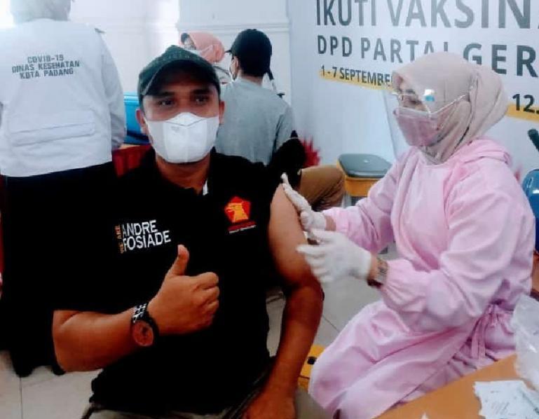 Salah seorang peserta yang ikut vaksinasi Covid-19 massal yang diselenggarakan DPD Partai Gerindra Sumbar, Rabu siang (1/9). (Dok : Istimewa)