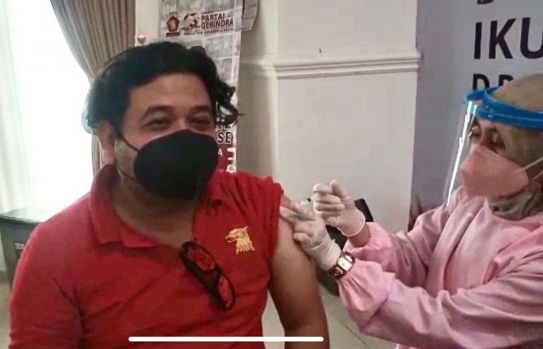 Salah seorang peserta yang ikut vaksinasi Covid massal yang diadakan DPD Gerindra Sumbar, Selasa kemarin (7/9). (Dok : Istimewa)