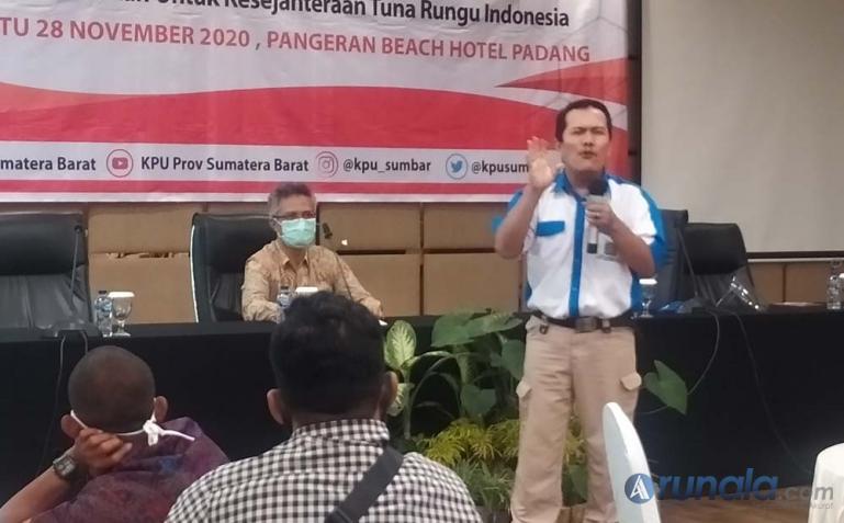Ketua Gerkatin Sumbar Feri Naldi saat beri paparan kepada anggotanya dalam sosialisasi Pilkada Serentak Sumbar 2020 di Padang, Sabtu (28/11). (Foto : Arzil)