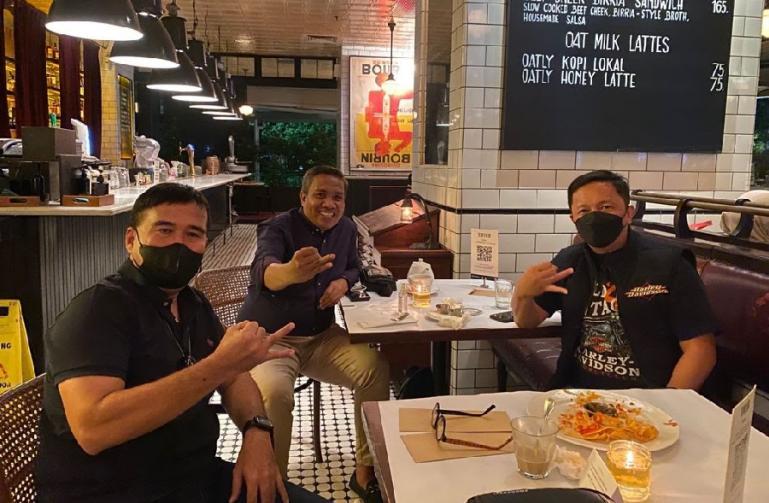 Tiga orang penggerak organisasi GIB berkumpul dalam sebuah kesempatan di salah satu kafe di Jakarta belum lama ini. (Dok : Istimewa)