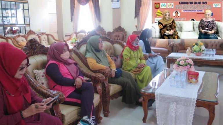 Ketua GOW Kota Pariaman, Indriati Mardison bersama pengurus lainnya ikuti webinar yang diadakan KOWANI, Sabtu (28/8). (Dok : Istimewa)