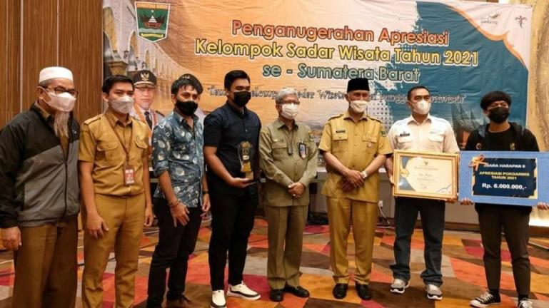 Gubernur Sumbar, Mahyeldi Ansharullah saat serahkan penghargaan kepada pengurus Pokdarwis Desa Wisata Apar, Senin (27/9). (Dok : Istimewa)