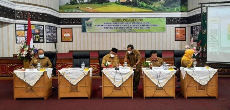 Gubernur Sumbar Mahyledi saat membuka diskusi high level meeting kajian lingkungan hidup strategis (KLHS) RPJMD Sumbar 2021-2026, di Aula Kantor Gubernur Sumbar, Senin (22/3). (Dok : Istimewa)