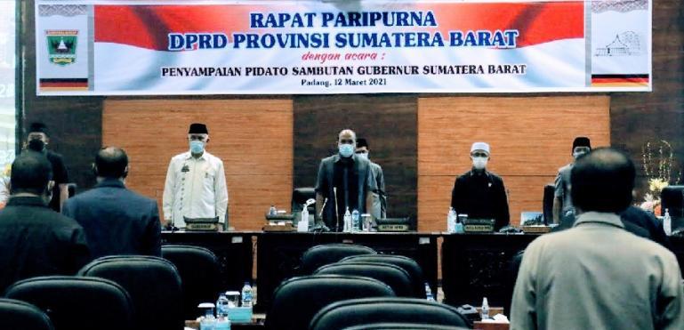 Gubernur Mahyledi bersama Ketua DPRD Sumbar Supardi saat rapat paripurna yang digelar Jumat (12/3). (Dok : Istimewa)