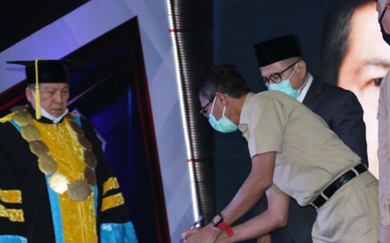 Gubernur Irwan Prayitno meresmikan kehadiran Universitas Perintis Indonesia (Upertis) Padang, Senin (3/8). (Dok : Istimewa)