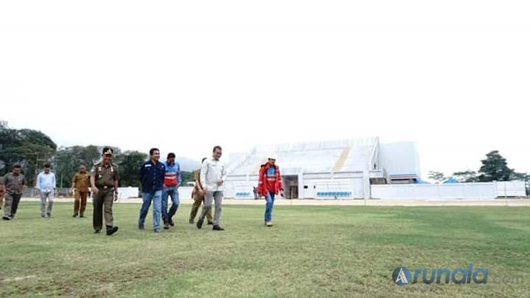 Asharry Sofyan saat dampingi Plt Bupati Solok Selatan Abdul Rahman meninjau Lapangan bola Supreme Energy, kemarin. (Foto : dyz)