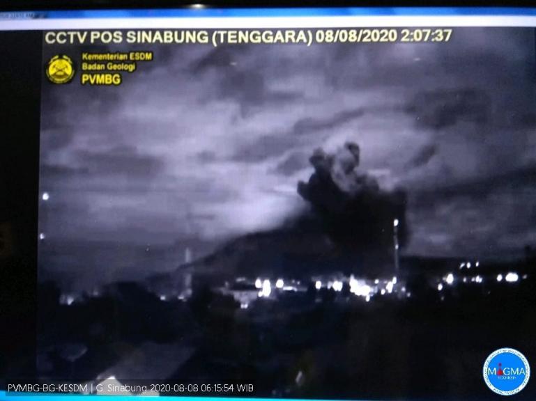 Gambaran Gunung Sinabung saat terjadi erupsi, Sabtu dini hari (8/8). 9Dok : Istimewa)