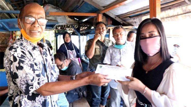 H. M. Nurnas saat serahkan bantuan kepada Dewi, salah satu wartawan yang mangkal di DPRD Sumbar, Rabu (15/4).(Foto : Dyz)