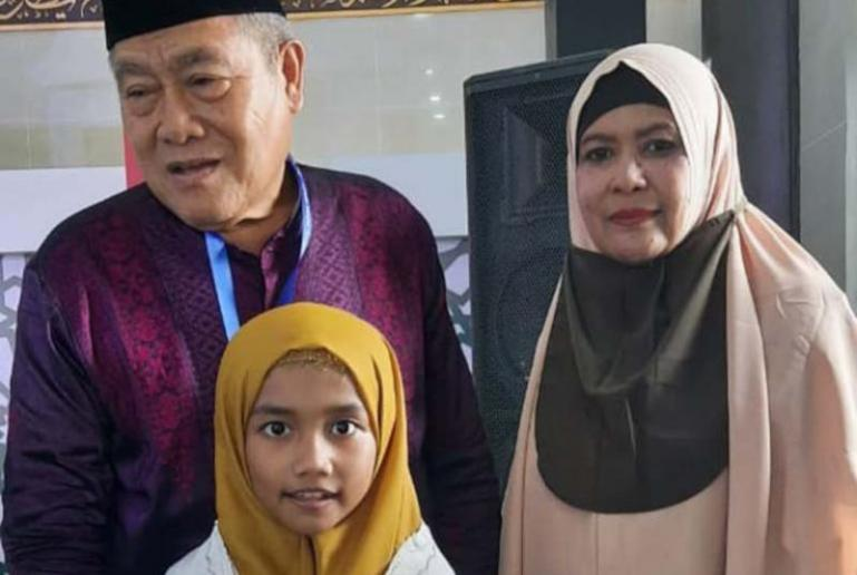 Aida didamping ibunya Leni Fitriani saat ikut MTQ Nasional ke-XXVIII di Sumbar, Kamis (19/11). (Dok : Istimewa)